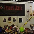 Le stand Zombies World en plein remballage