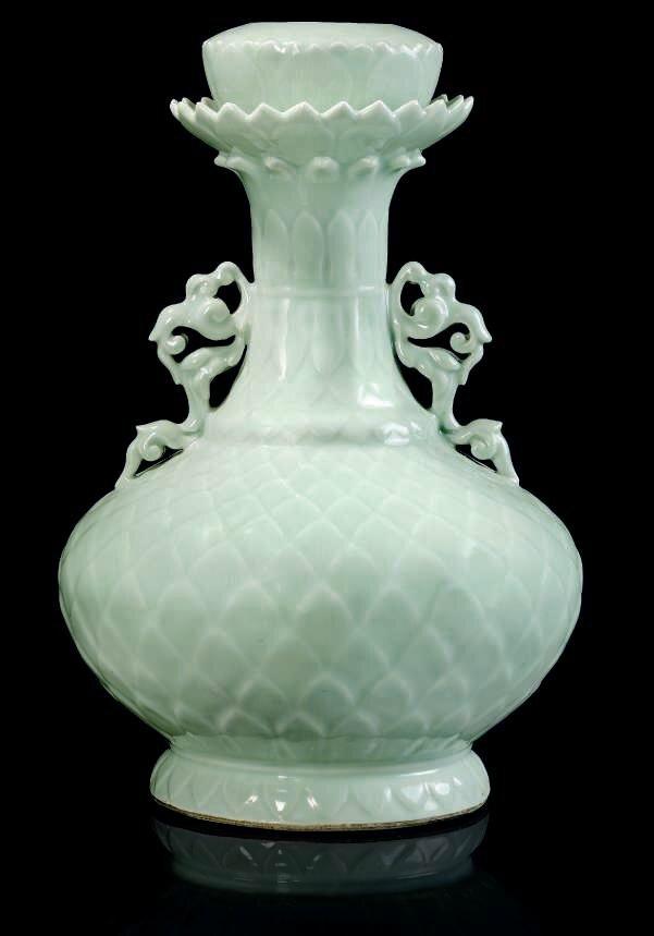 Vase 'Lotus' en porcelaine émaillée céladon, Chine, Fin de la dynastie Qing (1644-1911)