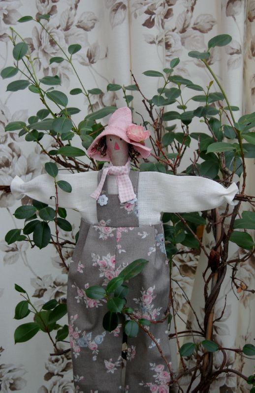 epouvantail tilda et chaises avec les roses 001