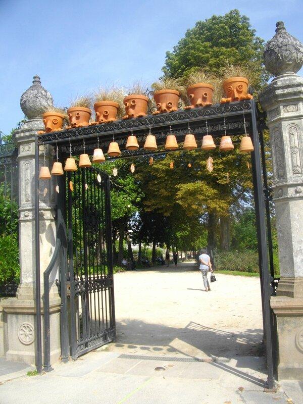 pots-terre-personnages-claude-ponti-nantes-jardin-plante-portail