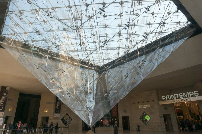 La pyramide vue depuis le Caroussel du Louvre