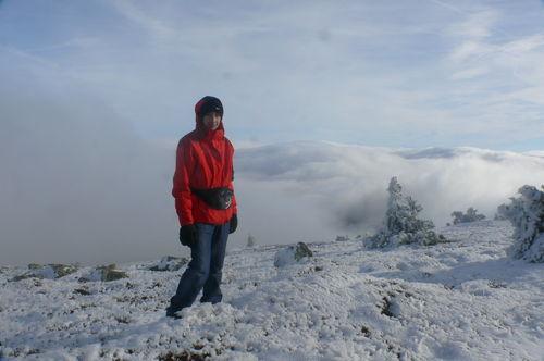 2008 11 20 Cyril Treveys au sommet du Mezenc devant une mer de nuages (4)