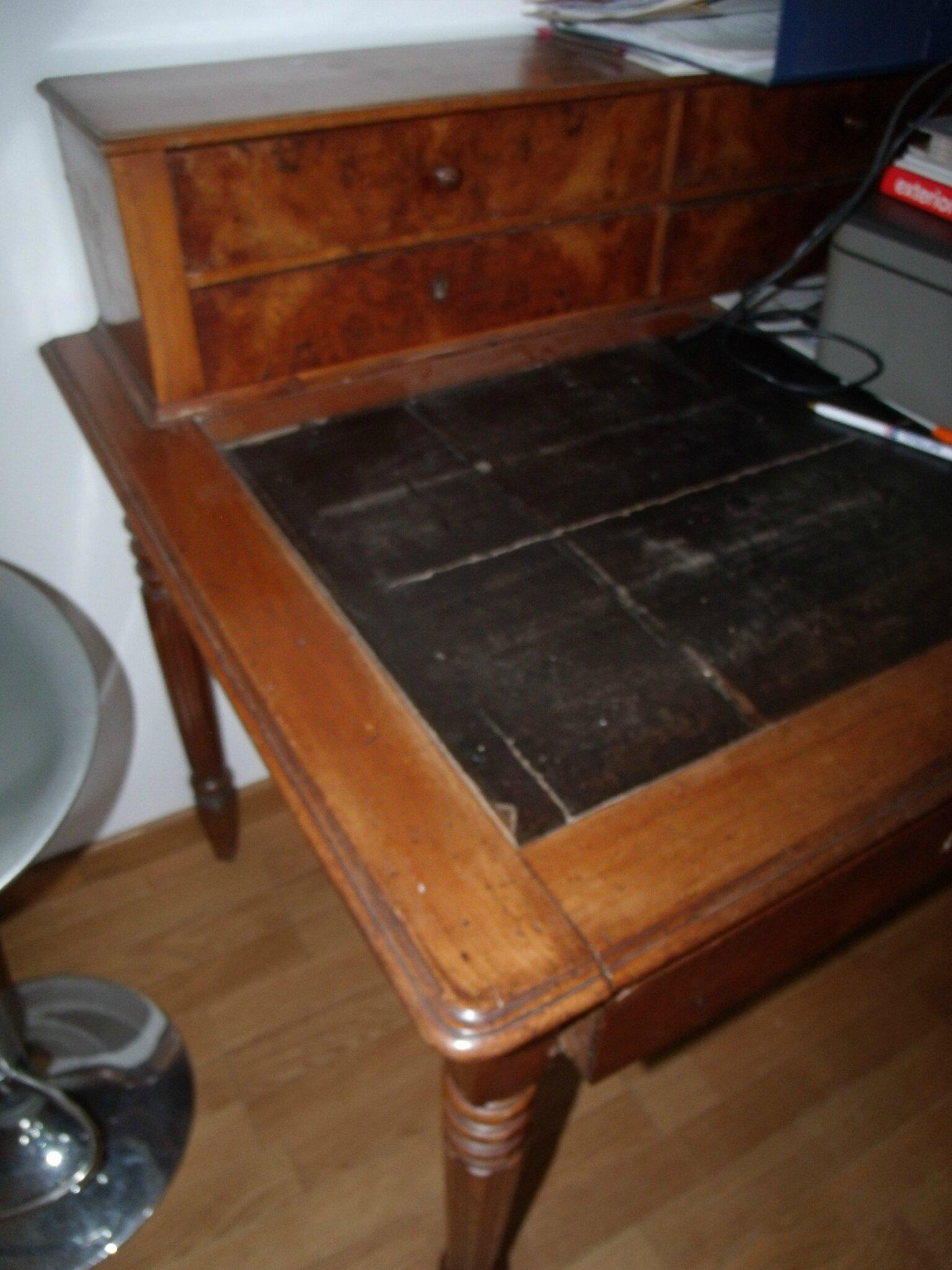 bureau avec pupitre avec ancien plateau cuir autour d. Black Bedroom Furniture Sets. Home Design Ideas