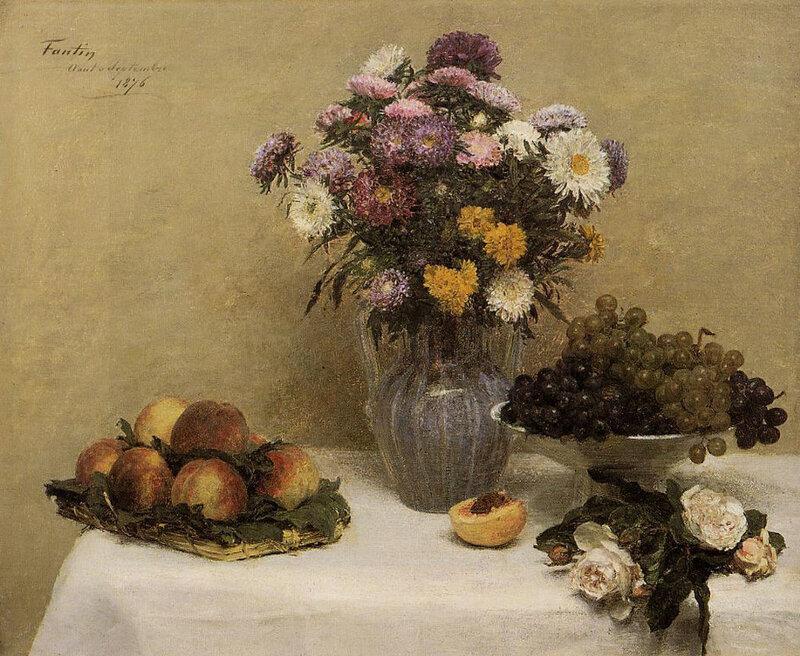 1867 - Roses blanches, chrysanthèmes dans un vase, pêches et raisins sur une table avec une nappe blanche