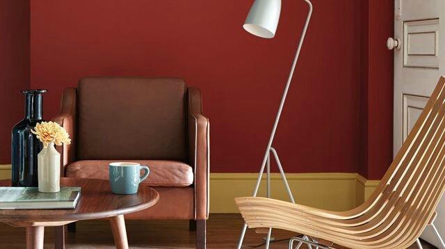 salon-avec-trois-peintures-de-couleur-sur-le-mur-bleu-rouge-et-ocre_5318471