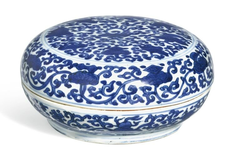 A blue and white circular box and cover, Wanli Mark And Period