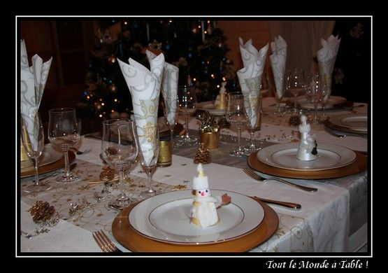 Table de f te d co de no l tout de blanc d 39 or et d for Presentation de table de noel