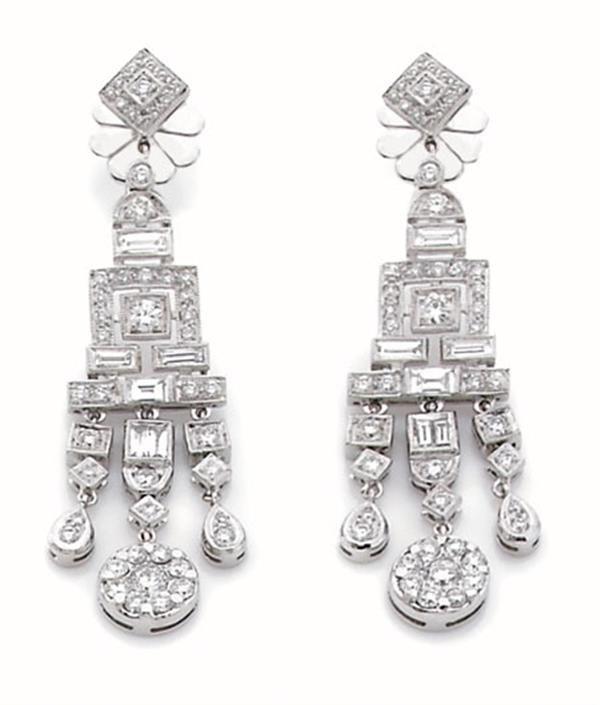 paire de pendants d 39 oreilles de style art d co en or gris en motifs g om triques et pampilles. Black Bedroom Furniture Sets. Home Design Ideas