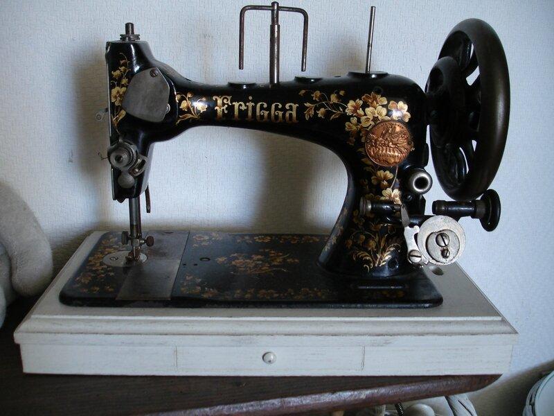 Ancienne machine à coudre FRIGGA (2)