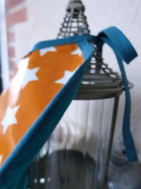 Bavoir orange étoiles Axel (9)