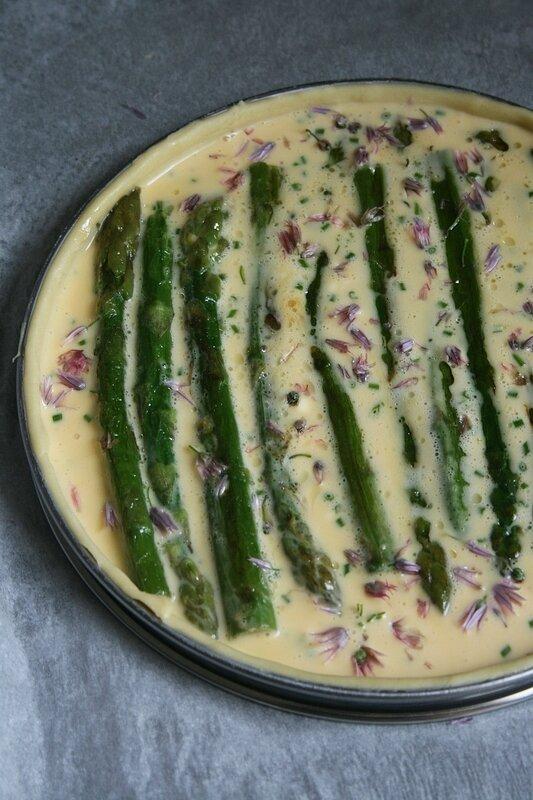 quiche aux asperges et fleurs de ciboulette - Minouchka