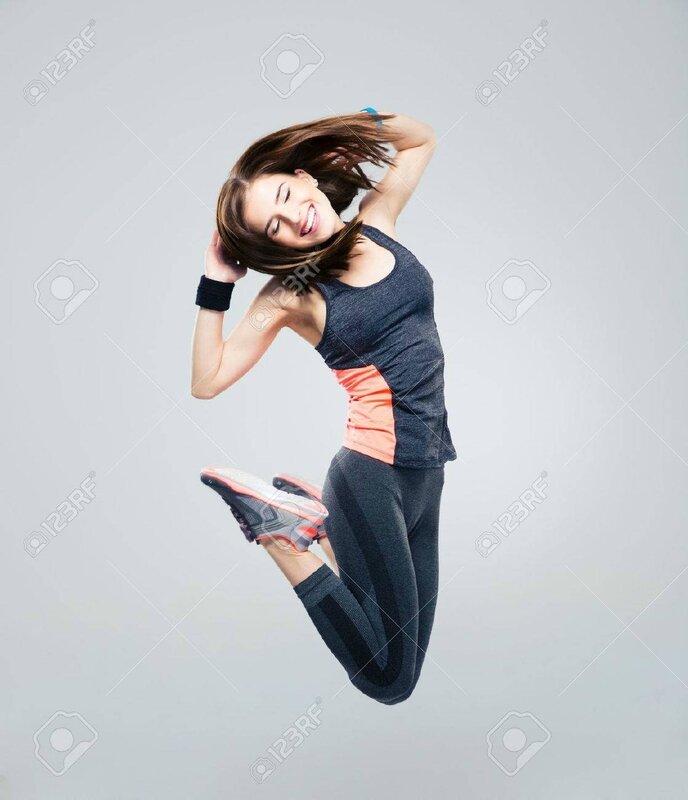 41177234-sourire-belle-femme-de-sport-sautant-par-dessus-un-fond-gris-Banque-d'images