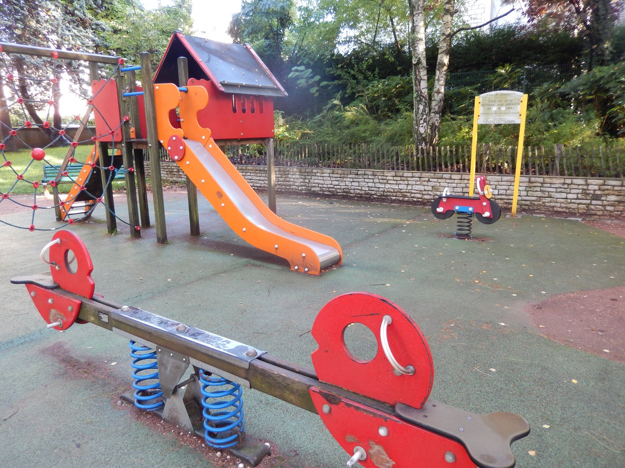 plus de jeux dans les parcs du quartier pour les jeunes enfants humeurs des chaprais. Black Bedroom Furniture Sets. Home Design Ideas