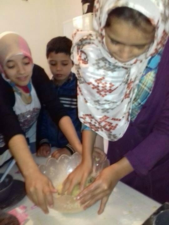 Souad commence à constituer la pâte