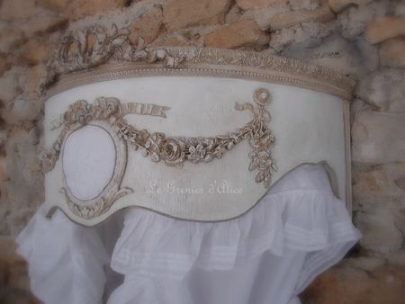 Ciel de lit patiné médaillon monogramme guirlande roses noeud demi lune arrondi galbé de côté decoration de charme shabby chic decoration romantique french decor