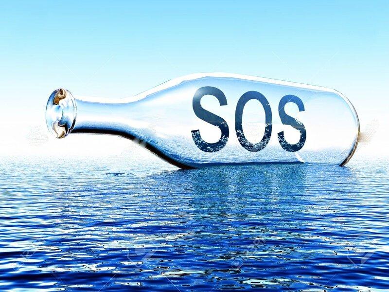 26546341-message-SOS-dans-une-bouteille-sur-la-mer-Banque-d'images