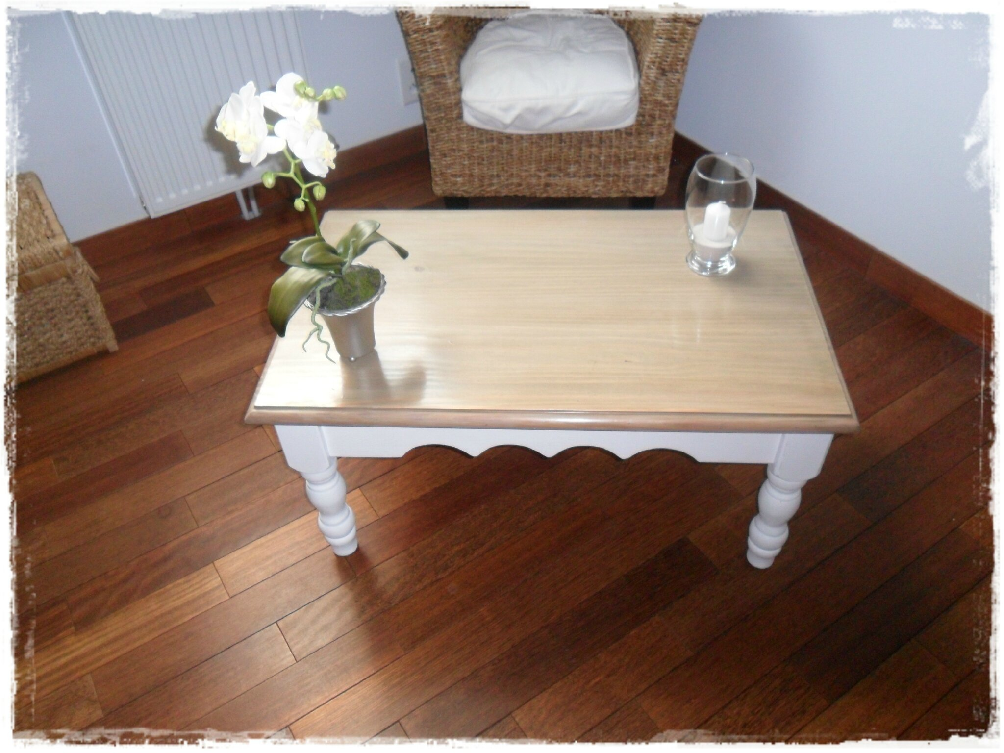 Nouveau look pour table en pin broc et patine le for Repeindre meuble en pin