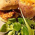 Burger au cochon heureux et oignons confits sauce barbecue et sirop d'érable