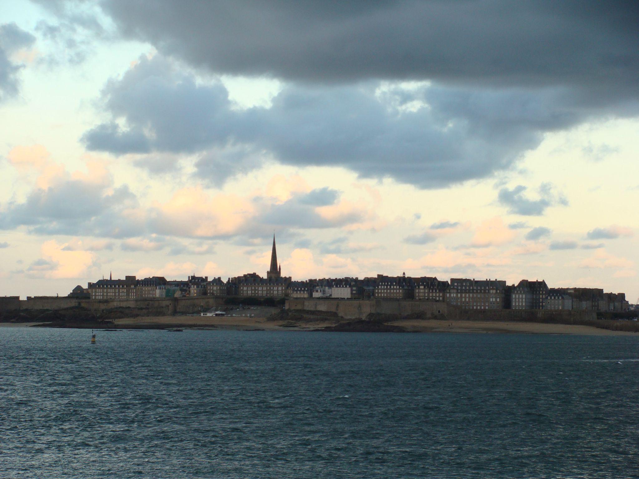 Saint Malo  Quelque part entre nuages et bords de Loire ~ Le Petit Bois St Malo