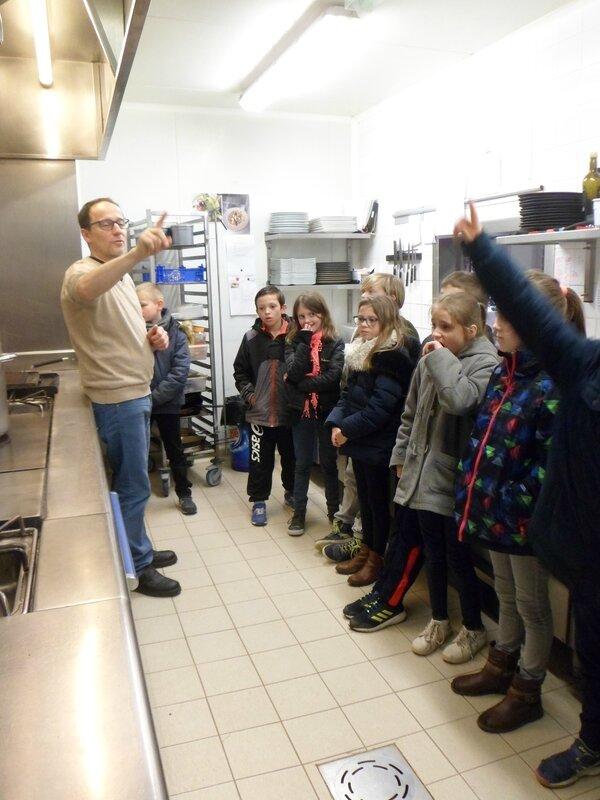 Visite des CM1-CM2 au moulin de Jean Jean-Marie Lenfant a accueilli dans son restaurant quelques élèves de CM1-CM2 ; ils ont découvert différents aspects du métier : accueillir et servir en salle, organiser et gérer une cave, commander ses ingrédients et