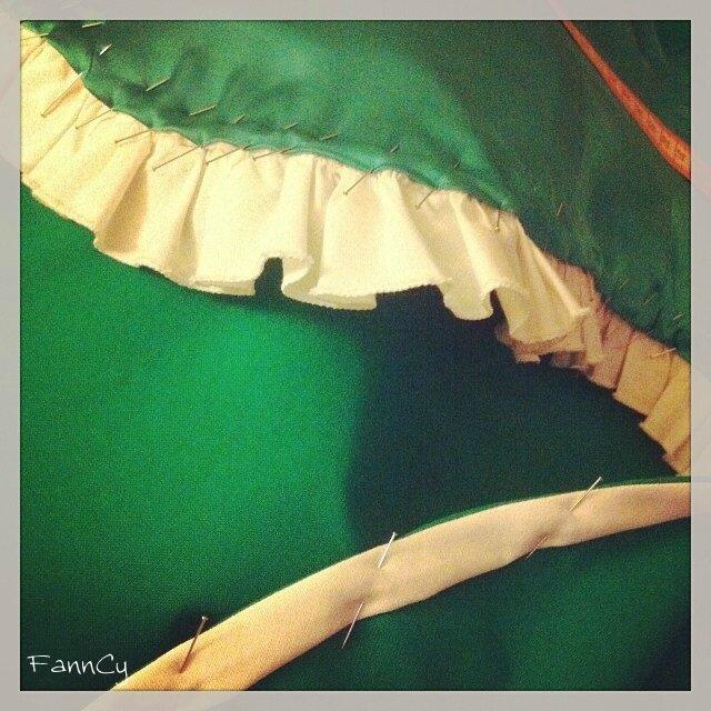 Ourlet du corsage et de la jupe prêts à être cousus au point glissé
