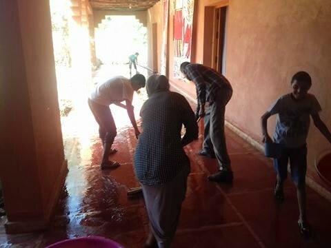 nettoyage du couloir avec les bassins d'eau