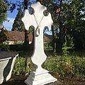 Grande croix en bois sur pied patinée