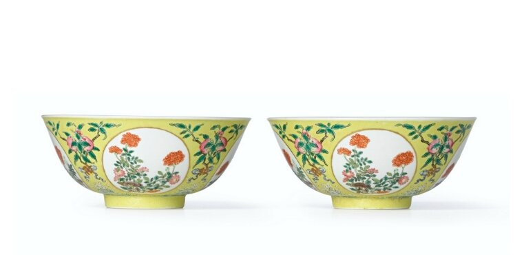 A fine and rare pair of yellow-ground Famille-Rose, 'Medallion' sgraffiato bowls, Seal marks and period of Daoguang