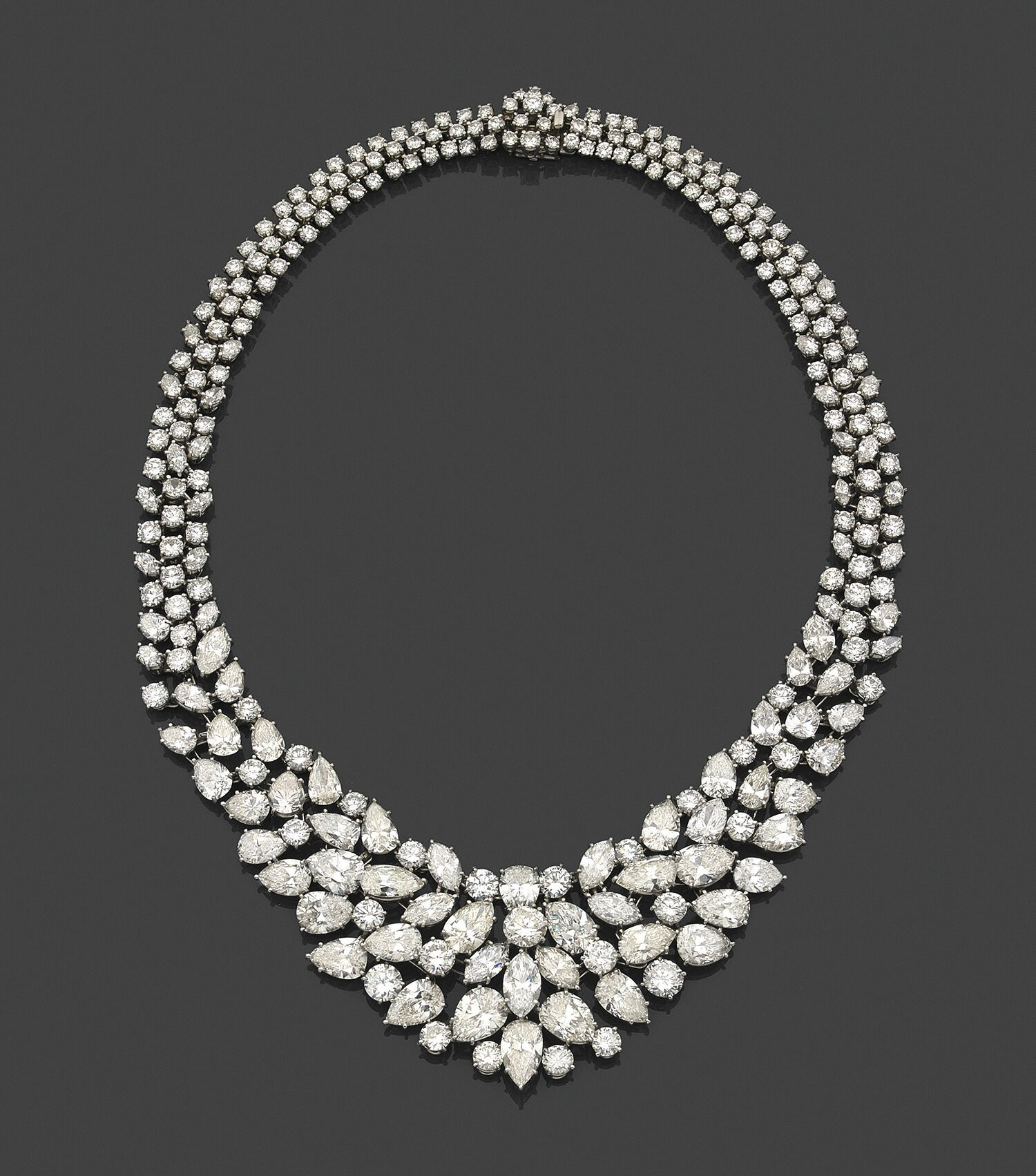 Attribué à Harry Winston, Spectaculaire collier collerette de diamants poires, navettes et brillants disposés en draperie