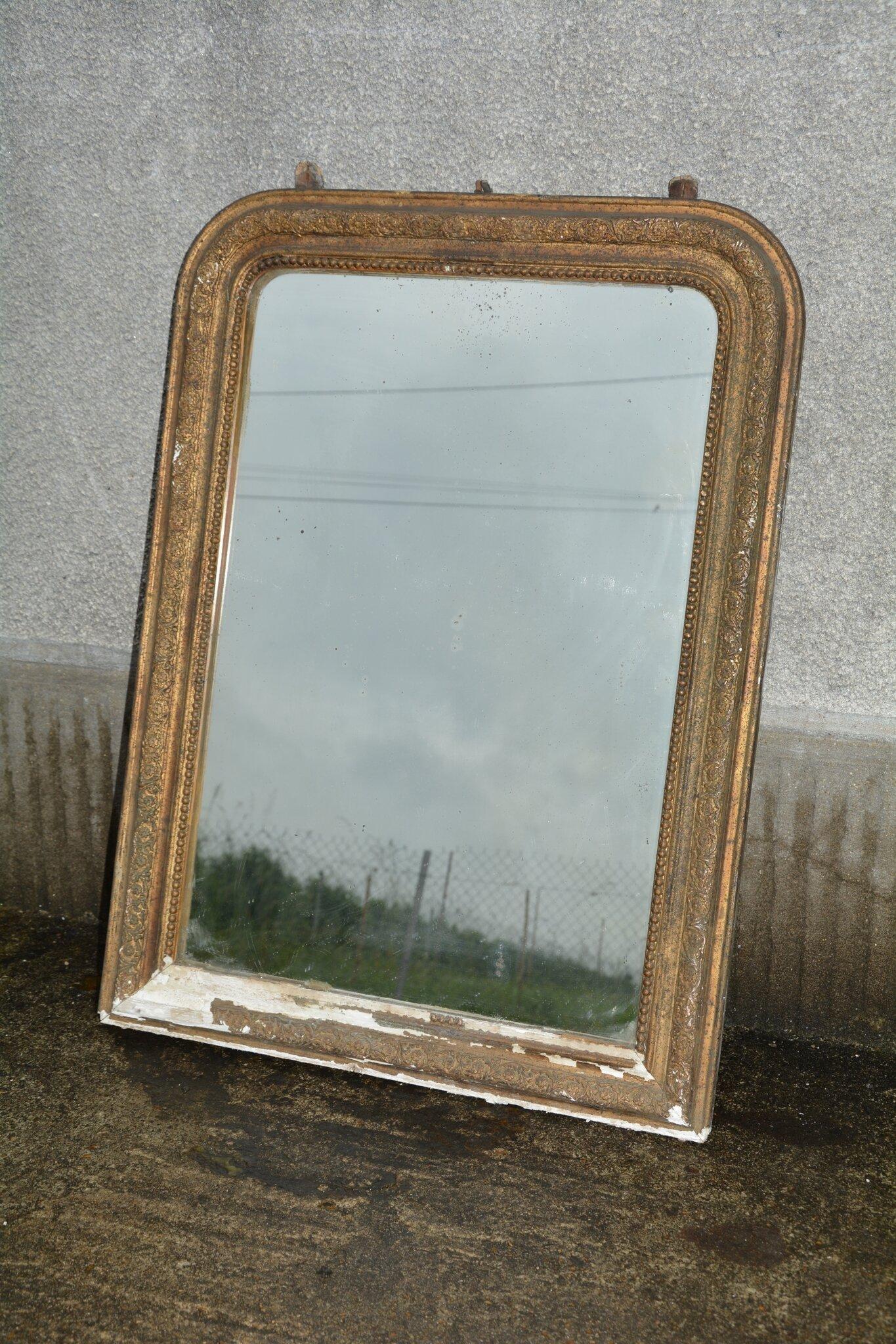 Petit miroir avec un cadre dor le cadre est la petite for Miroir paris 18