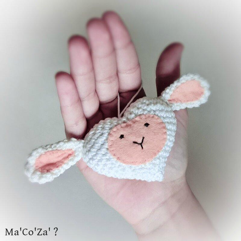 Petit mouton en forme de coeur au crochet