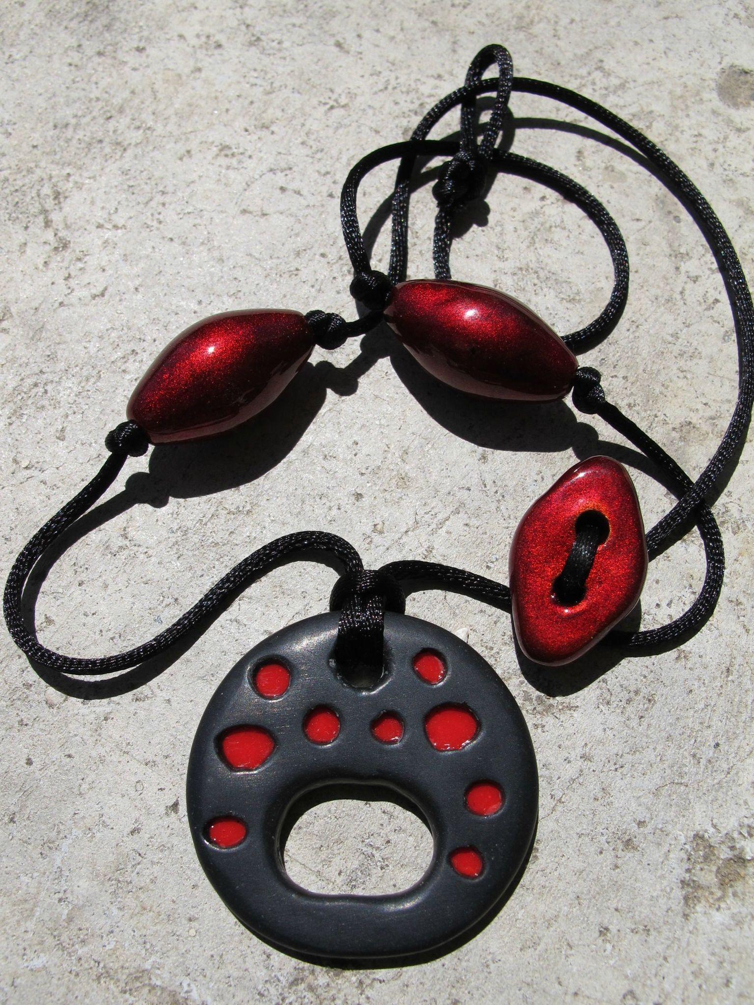 porte lunette fimo rouge et noir