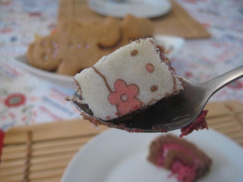 Bûche de fille Hello Kitty, biscuit chocolat et mousse framboise