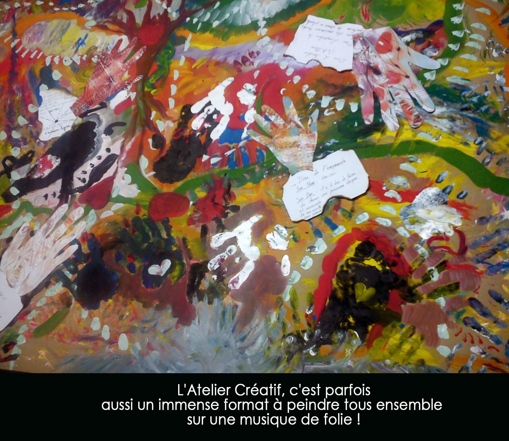 l'atelier créatif, c'est parfois un immense format à peindre tous ensemble sur une musique de folie !