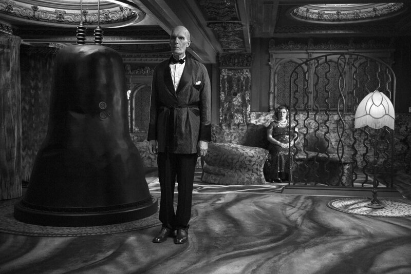 twin-peaks-season-3-2017-015-giant-in-gothic-room-with-woman