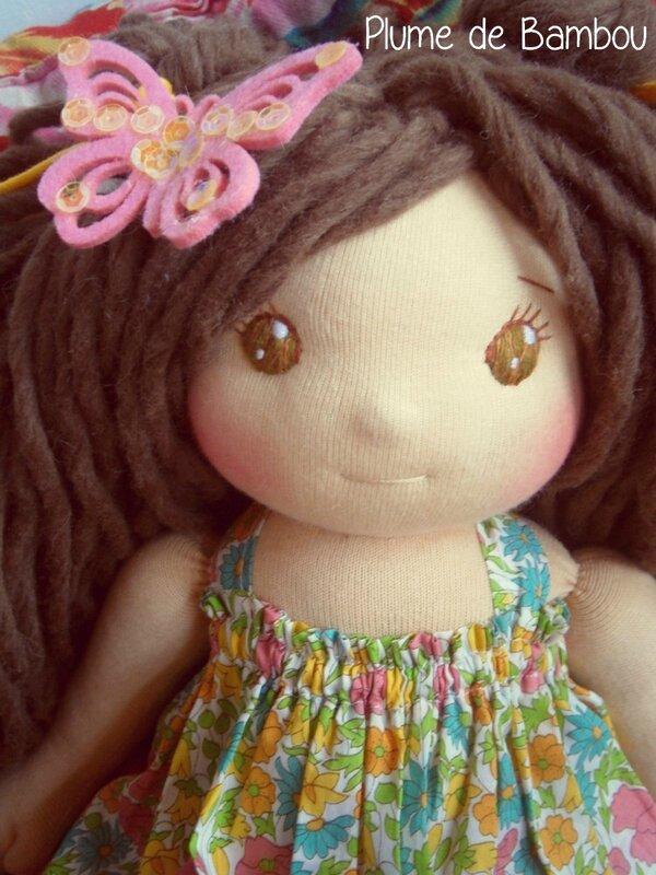 Une poupée aux yeux verts magnifiques