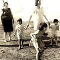 avec ma grand mère, ma mère, qui tient mon cousin (à gauche) et mon frère Franck