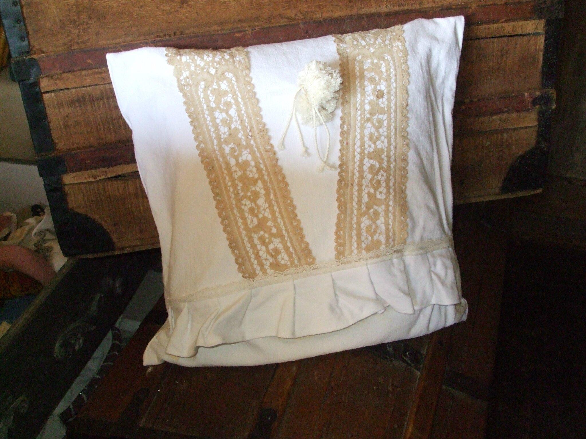 douceur et puret pour le mariage du lin ancien et de la dentelle poudr e la mandragore et. Black Bedroom Furniture Sets. Home Design Ideas