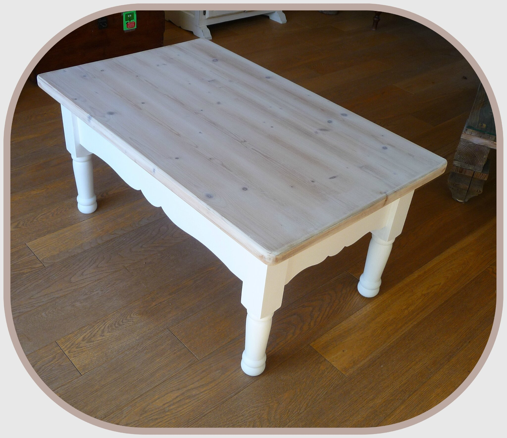 Petite table basse en pin l 39 atelier de mathilde for Peinture table basse
