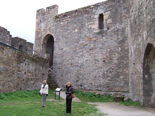 Ponferrada-château maman et moi dans la cour intérieure