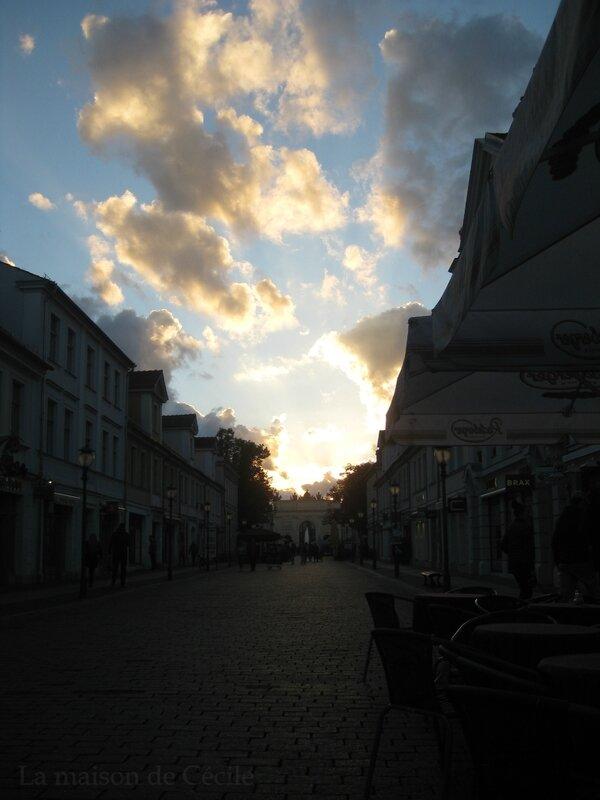 Potsdam porte de Brandebourg vue depuis la Brandenburger Strasse