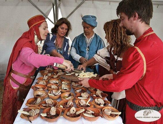 MONTANER_banquet_medieval_au_chateau_de_Gaston_Febus_organise_par_l_Association_Le_Tailloir_preparation_du_repas