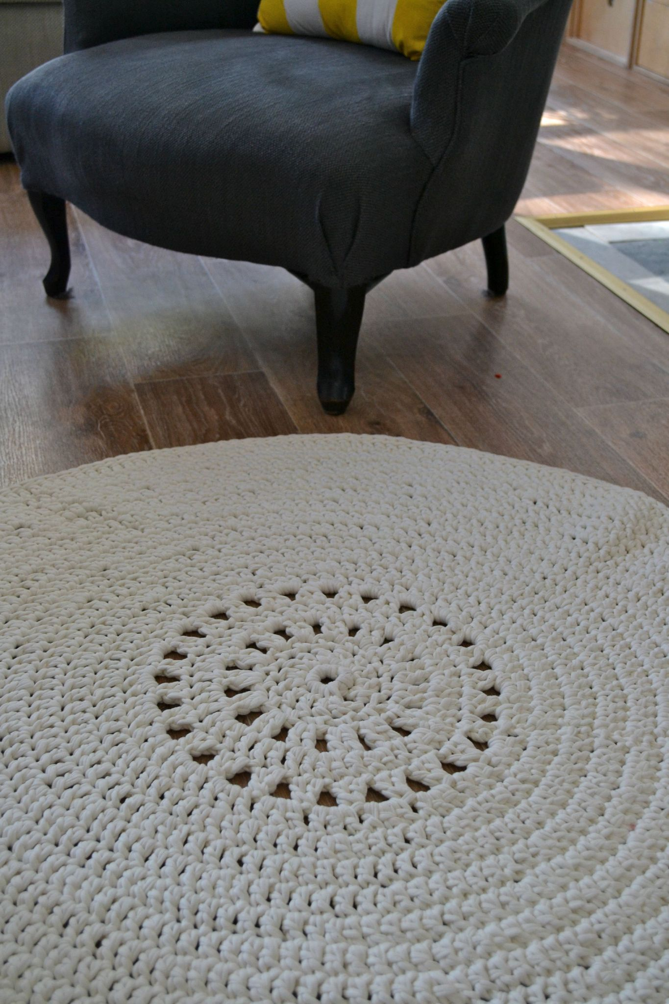 petit tapis rond au crochet avec le fil hooked zpaghetti les petites mailles de madame chouette. Black Bedroom Furniture Sets. Home Design Ideas