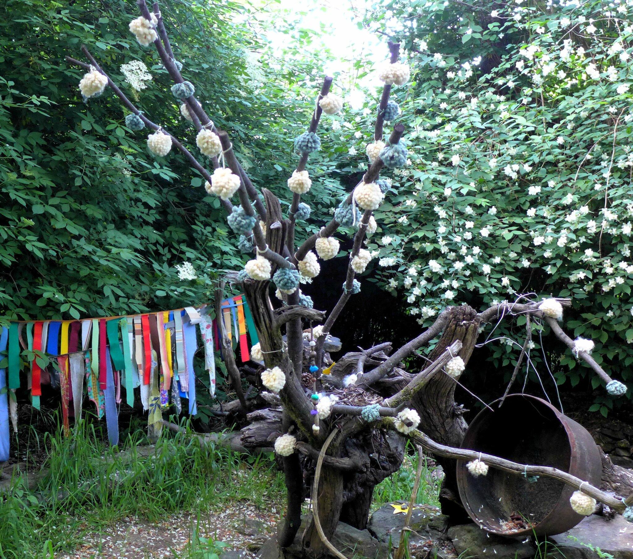 arbre aux pompoms blancs yurtao