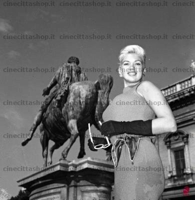 mm_dress_jayne_1957_italie_rome_place_campidoglio_1