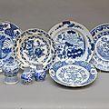 5 plats, une théière et une paire de petits vases en delft, bleu blanc 18ème siècle