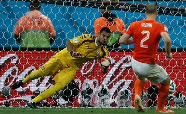 neerlandais-ron-vlaar-rate-tir-but-lors-match-entre-pays-bas-argentine-9-juillet-2014-1638185-616x380