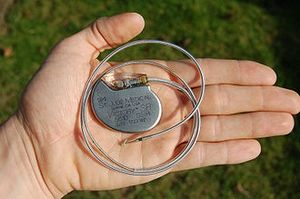 330px-St_Jude_Medical_pacemaker_in_hand