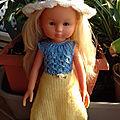 Lilie avec sa robe météo et sa capeline (projet de mars de louise)