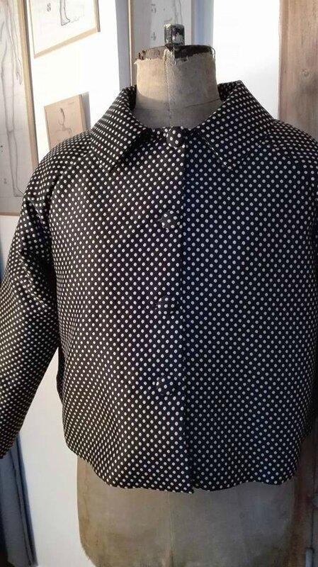 Veste VICTORINE en toile polyester noir à pois beige - Doublure de satin noir (9)